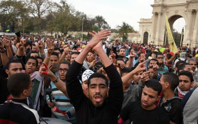 Centenas de muçulmanos atacam igreja e incendeiam casas de cristãos no Egito