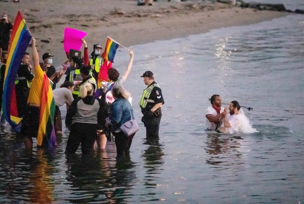 Pastor é hostilizado por ativistas LGBT durante batismos no Canadá