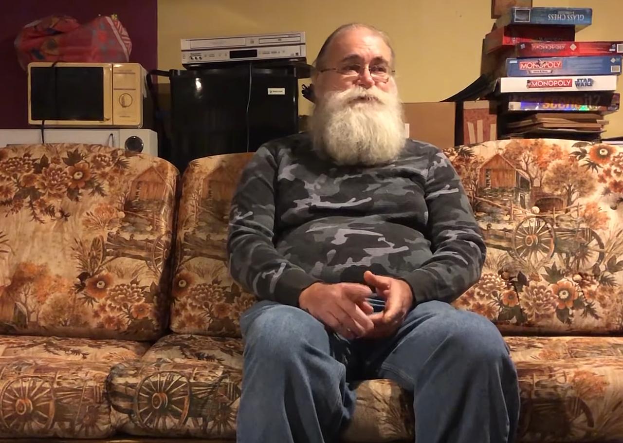 """Homem devolve 43 mil dólares que encontrou ao comprar sofá usado: """"É o que Jesus faria"""""""