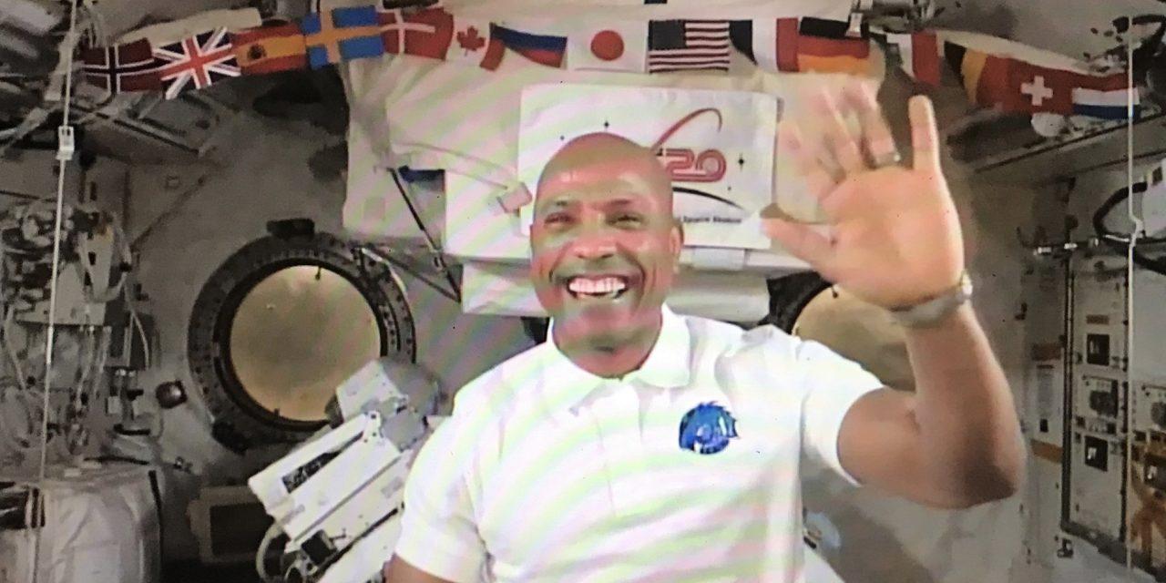 Em missão no espaço, astronauta cristão mantém leitura bíblica e diz que isso o fortalece
