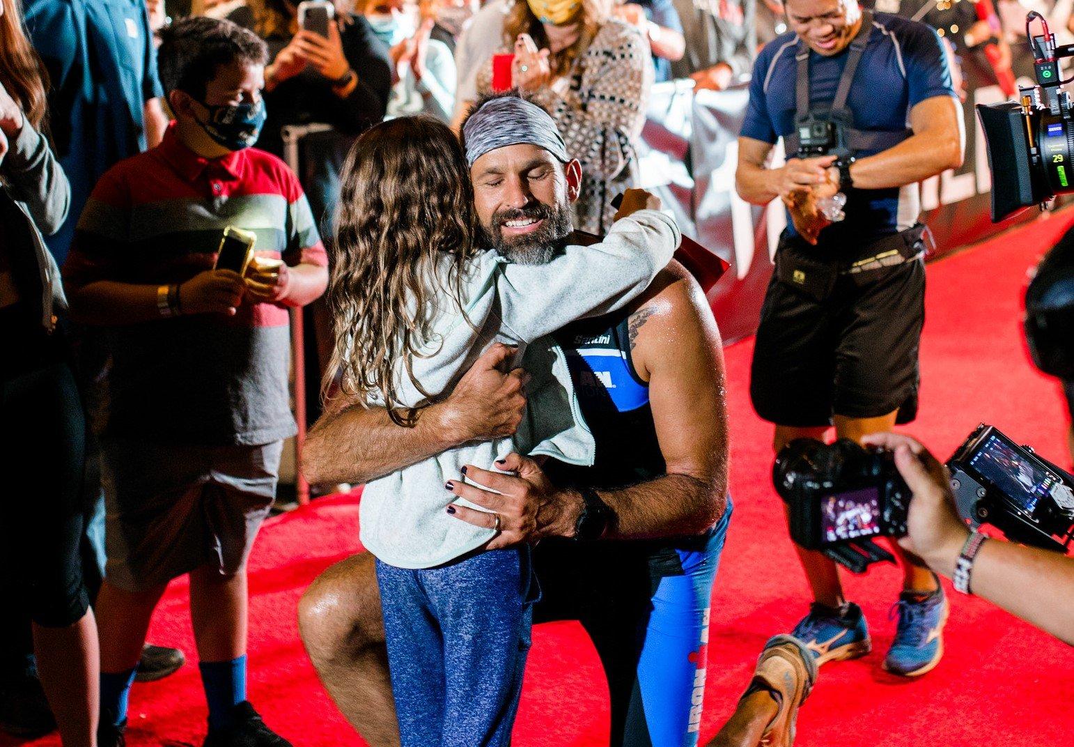 Pastor com câncer cerebral completa triatlo para inspirar a filha de 5 anos