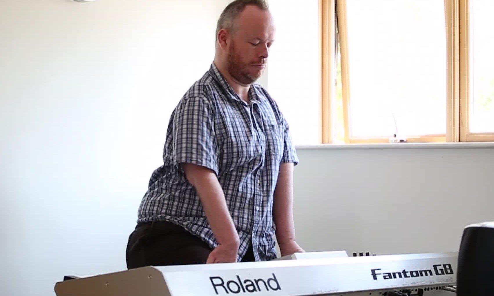 """Homem com deficiência toca piano em adoração a Deus: """"Ele é digno"""""""