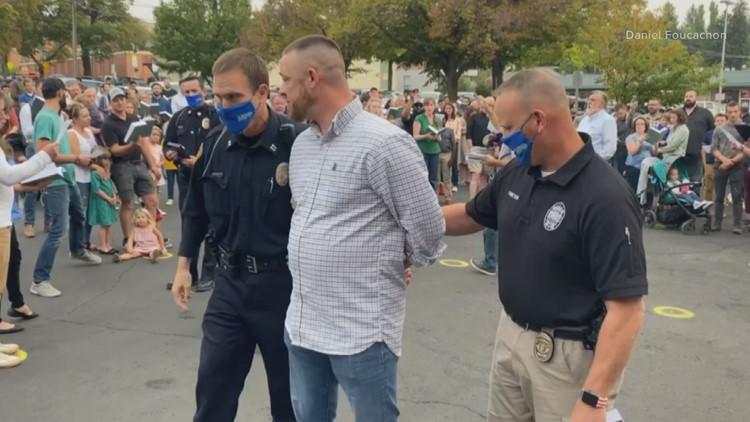Cristão que havia sido preso por cantar hino ao ar livre é absolvido por tribunal dos EUA