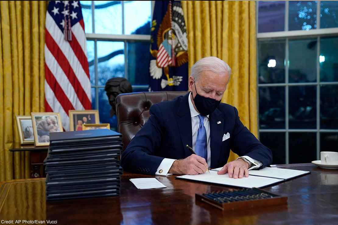 Biden ordena que escolas dos EUA adotem política de banheiros transgêneros