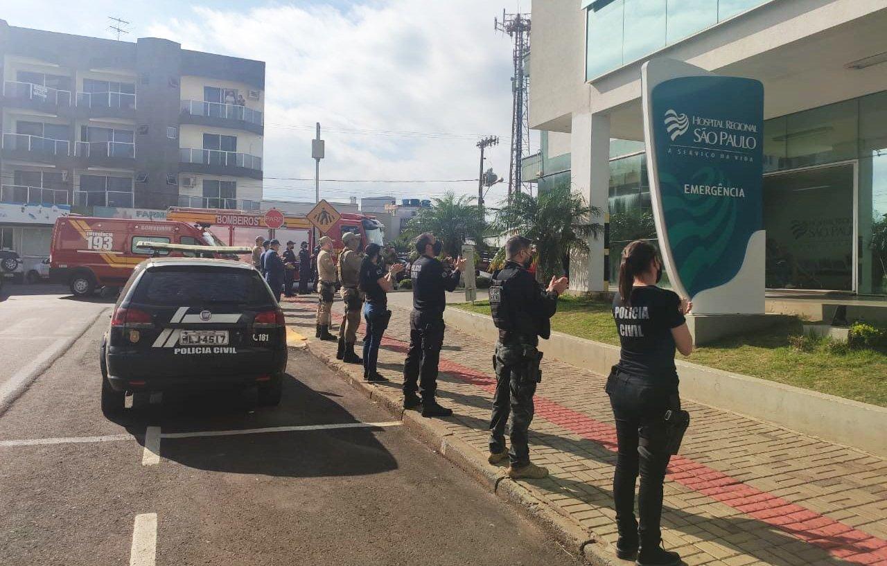 """Policiais e bombeiros oram em frente a hospital em SC: """"Estamos juntos nesta guerra"""""""