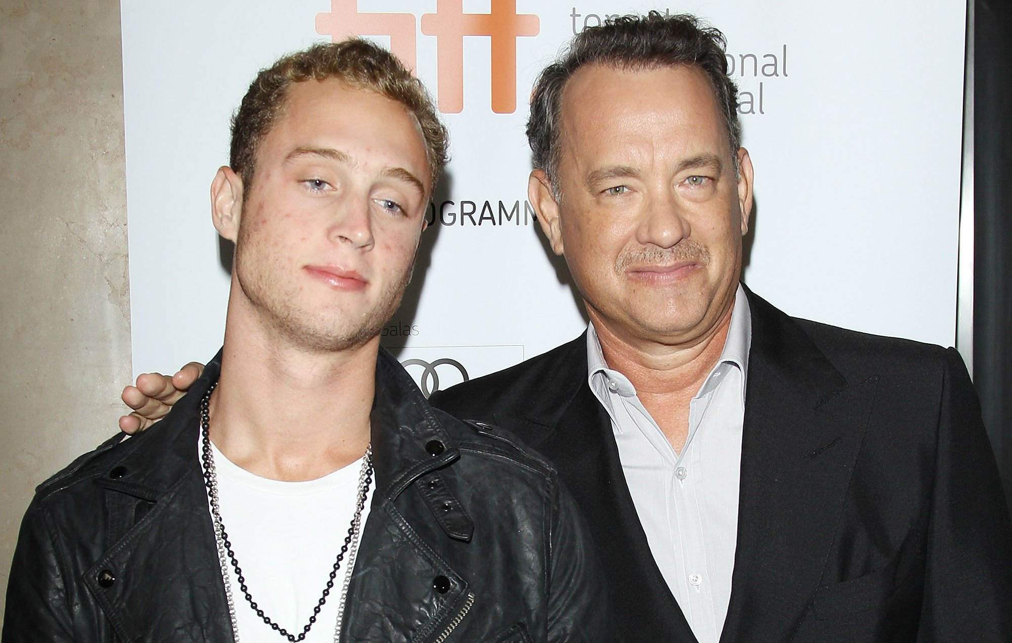 """Filho de Tom Hanks deixou de ser ateu após experiência com Deus: """"Ele se revelou a mim"""""""
