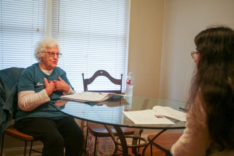 Idosa lidera estudo bíblico para gestantes em centro de apoio a mulheres carentes
