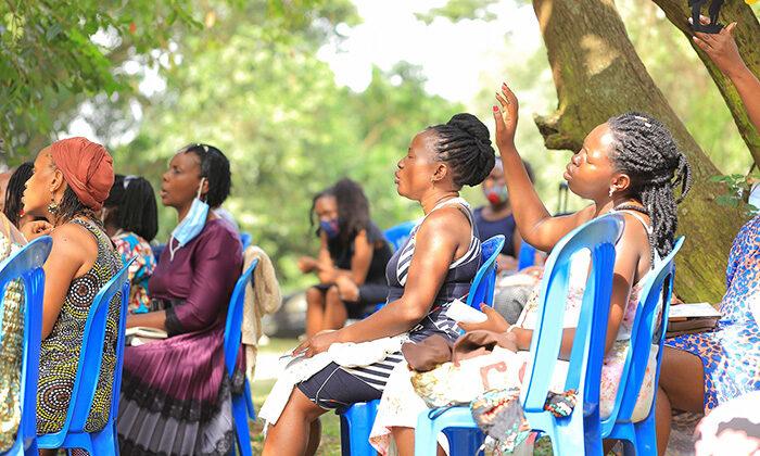 Mães se reúnem ao ar livre para interceder pelos filhos e família, em Uganda
