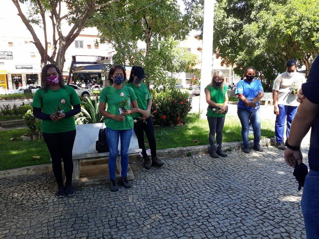 Em homenagem às mulheres, jovens cristãos entregam flores e serenata a garis