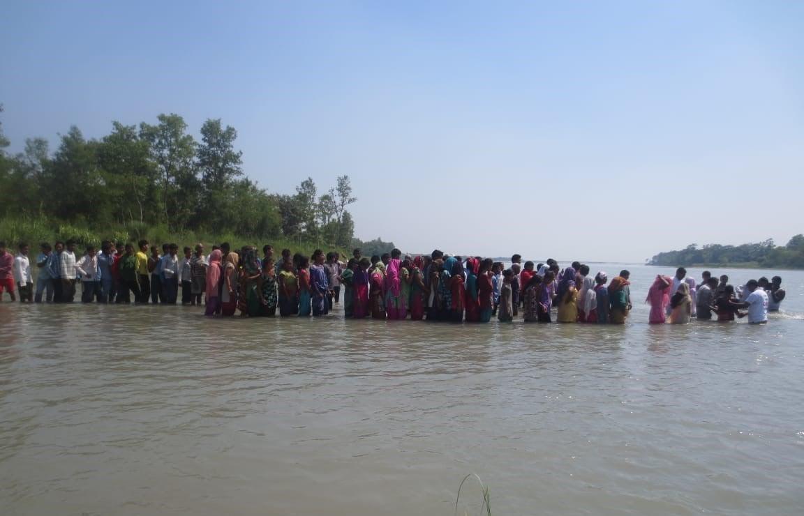 Apesar das perseguições, missionário indiano leva 760 pessoas ao batismo em um dia