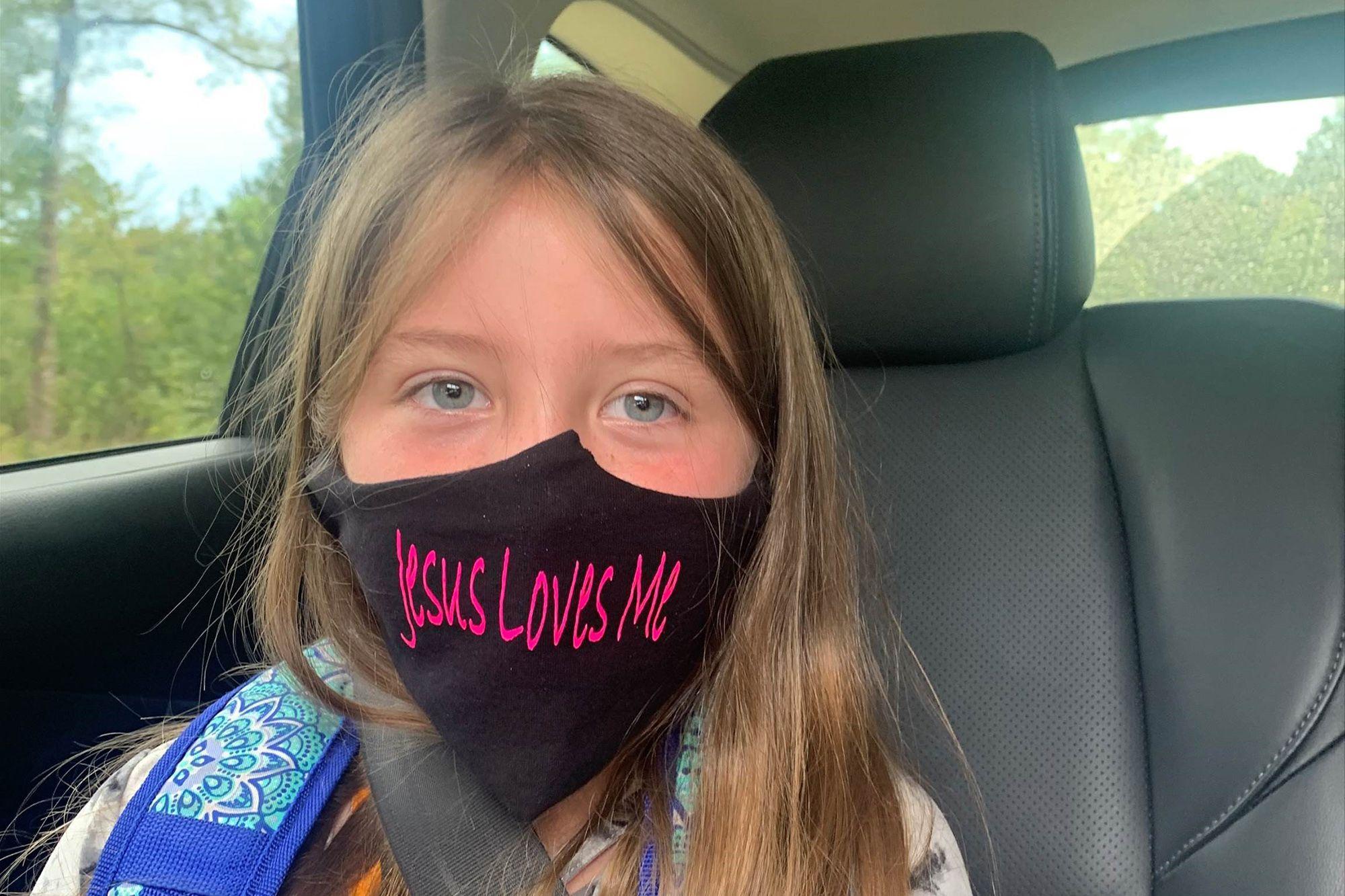 """Escola nos EUA proíbe aluna de usar máscara com a frase """"Jesus me ama"""""""