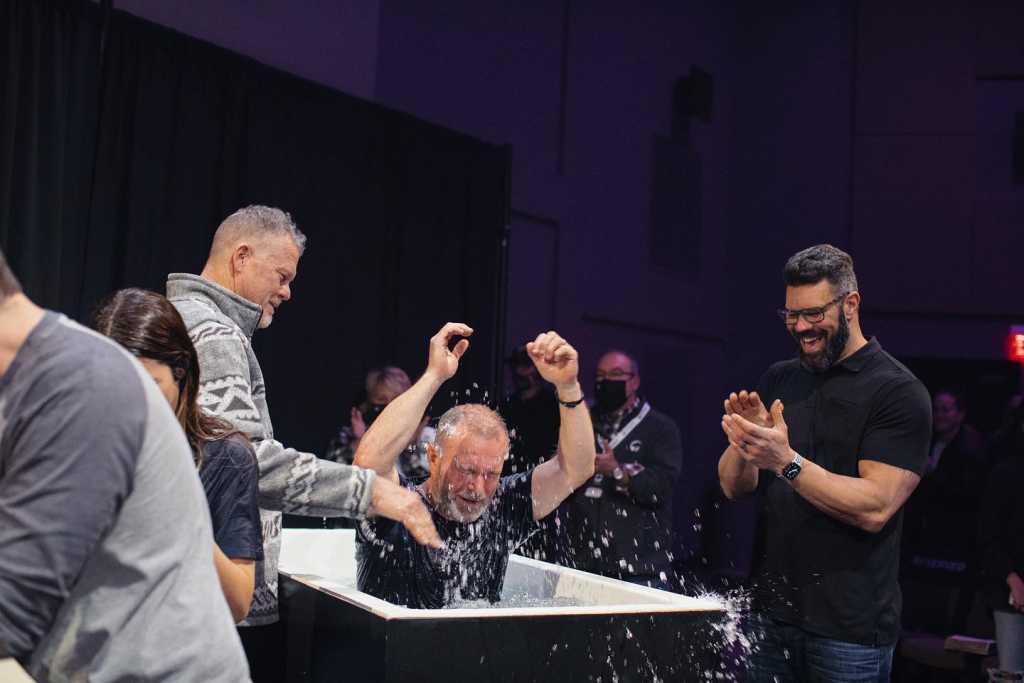 """Igreja nos EUA vive avivamento e batiza mil pessoas em quatro meses: """"Nunca vi nada assim"""""""