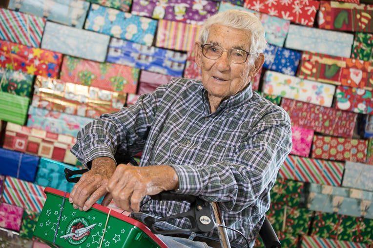 """Idoso de 104 anos embala presentes para mil crianças carentes: """"Deus não terminou a obra"""""""