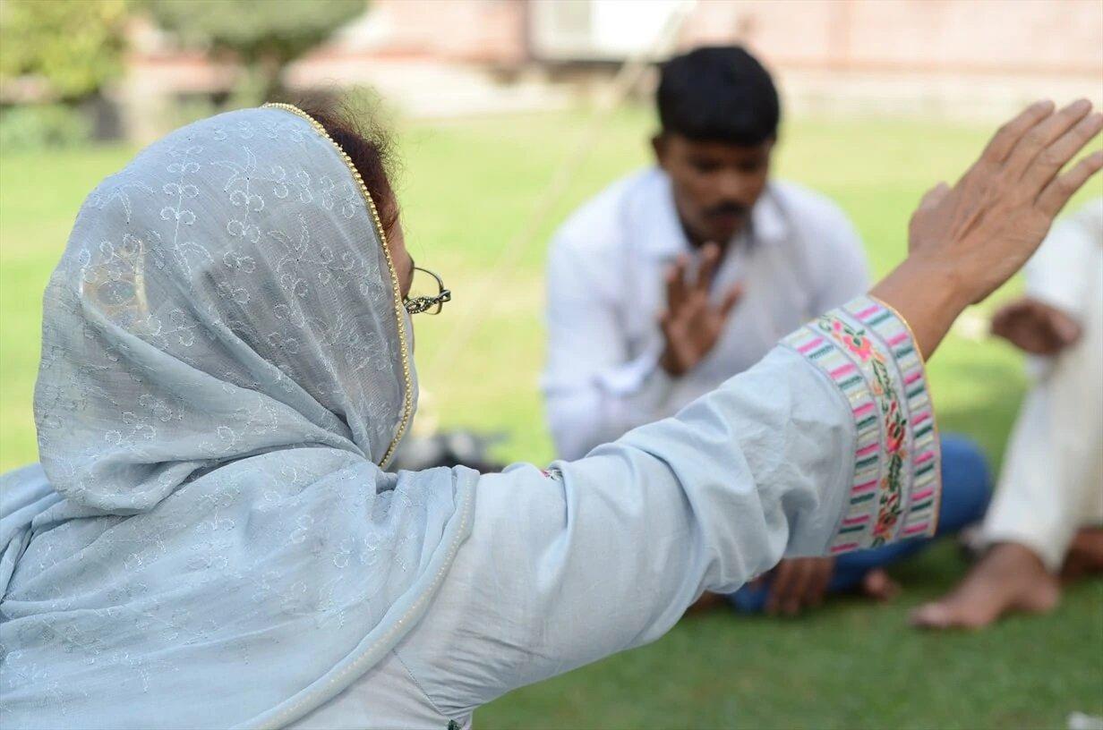 Ex-muçulmana testemunha sua fé em Jesus para a família islâmica em meio ao Ramadã
