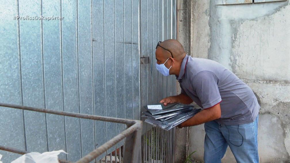 Para manter as contas de sua igreja, pastor vende sacos de lixo nas ruas de SP