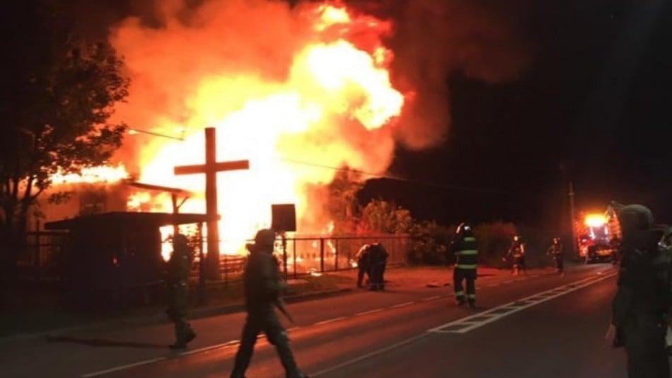 Igreja evangélica é incendiada e bombeiros são baleados após apagar chamas, no Chile