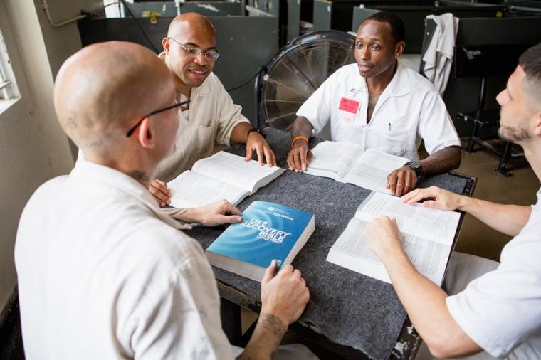 Ministério distribui 100 mil Bíblias a prisioneiros durante a pandemia, nos EUA