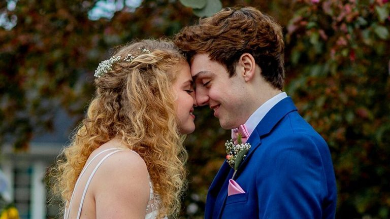 Jovem com câncer se casa com amor de sua vida antes de morrer: 'Oramos por esse milagre'