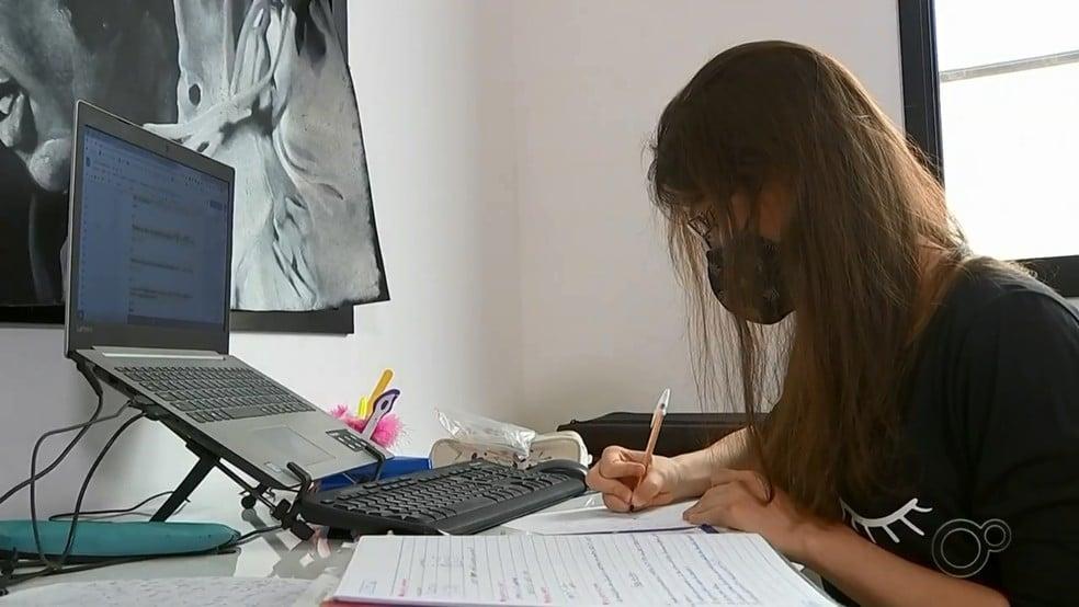 Estudante de homeschooling proibida de ingressar na USP ganha bolsa de estudos nos EUA