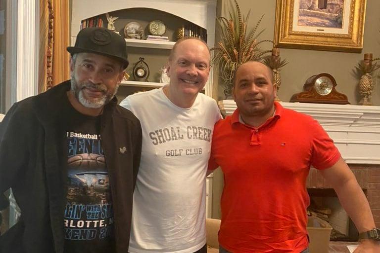 Pastor leva dois cubanos a receberem Jesus usando o Google Tradutor nos EUA