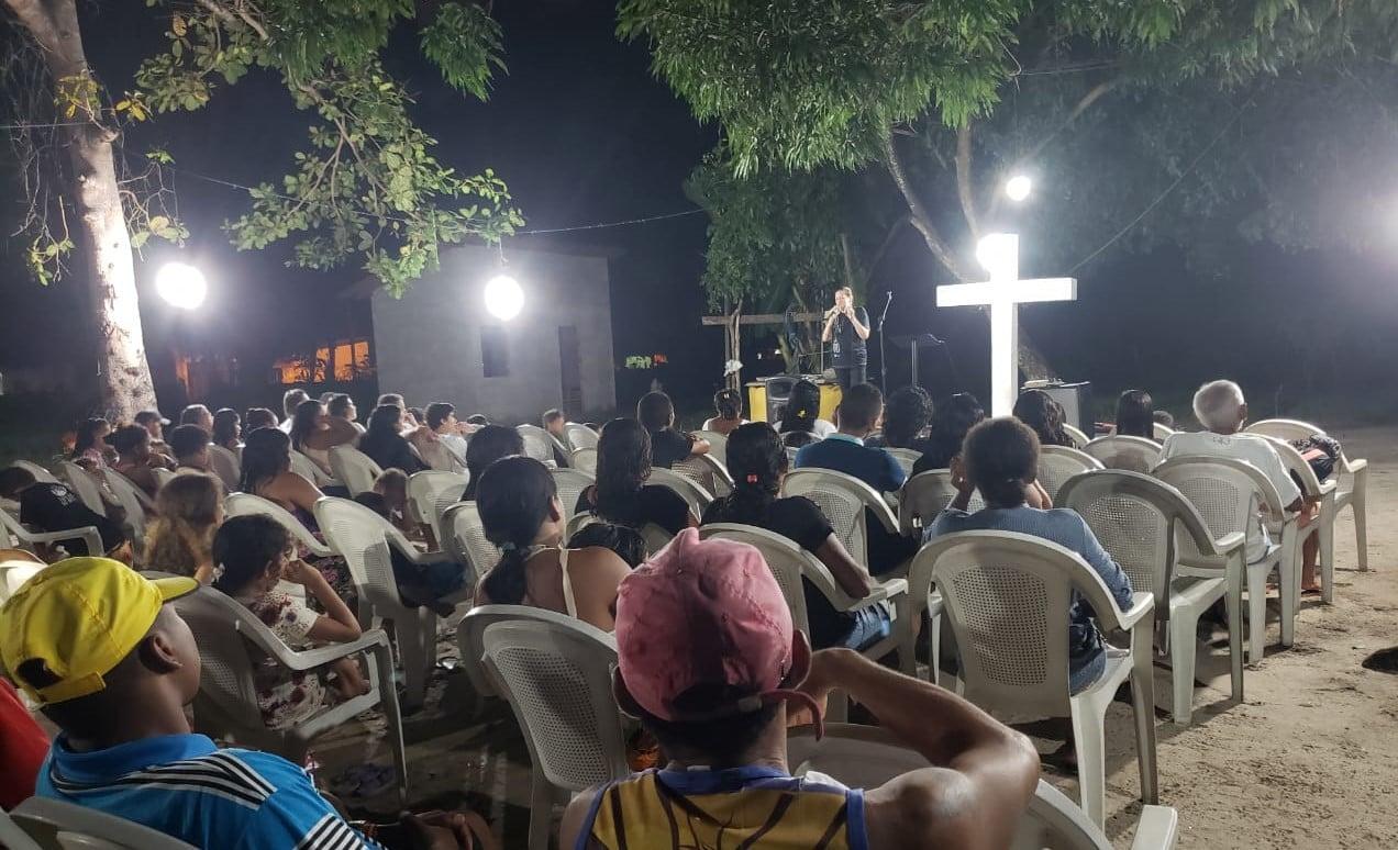 'Igreja da Mangueira': cultos acontecem embaixo de árvore há 3 anos em Vila Cabral