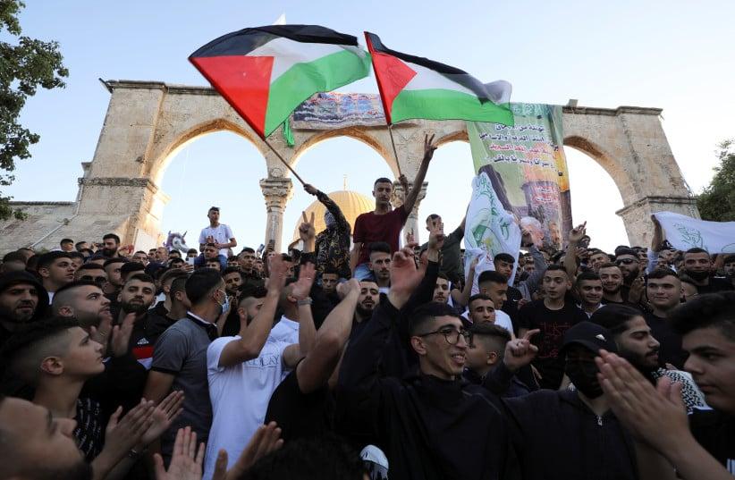 Milhares de palestinos se agrupam no Monte do Templo e exaltam terroristas do Hamas