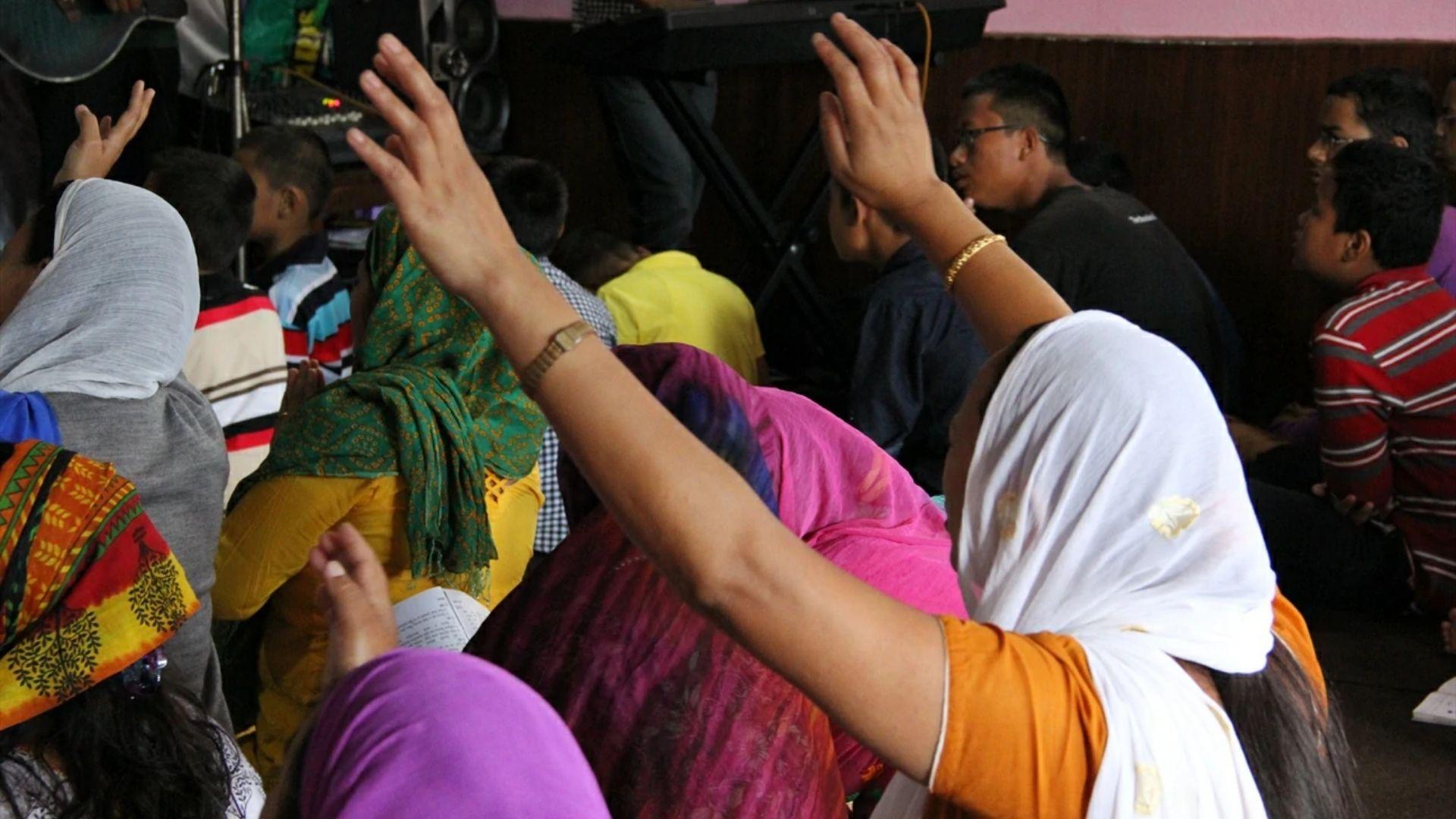 """Nepalês é impactado pela cura de esposa paralisada após procurar o """"Deus dos cristãos"""""""