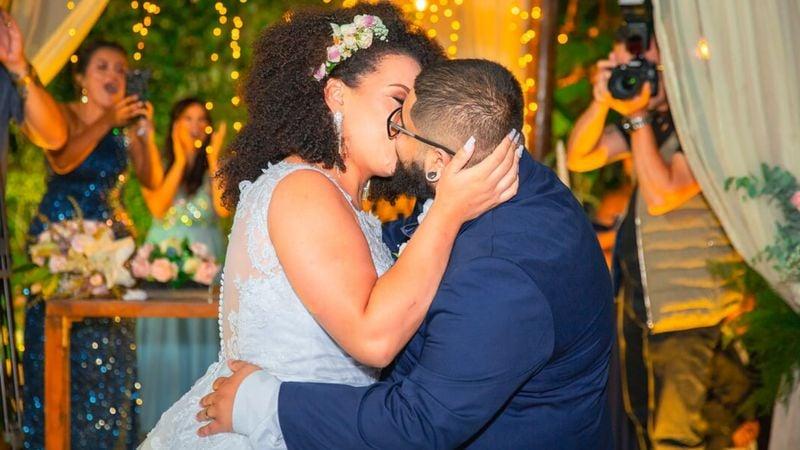 Eu escolhi cortejar: casal de namorados cristão dá o primeiro beijo no altar