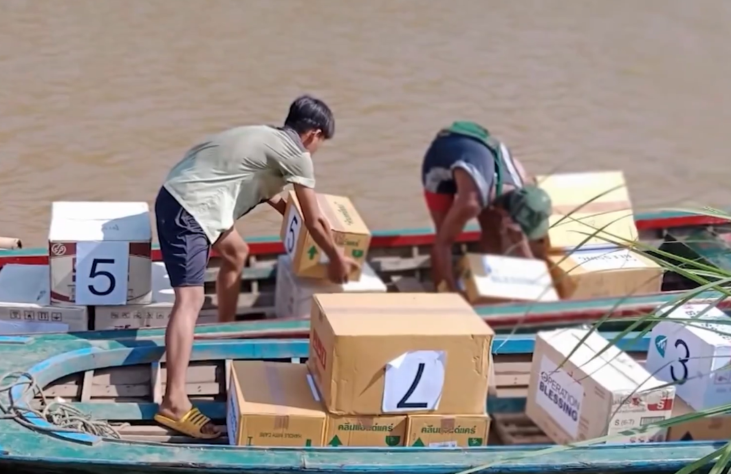 ONG cristã atravessa fronteira para levar suprimentos a refugiados em floresta no Mianmar