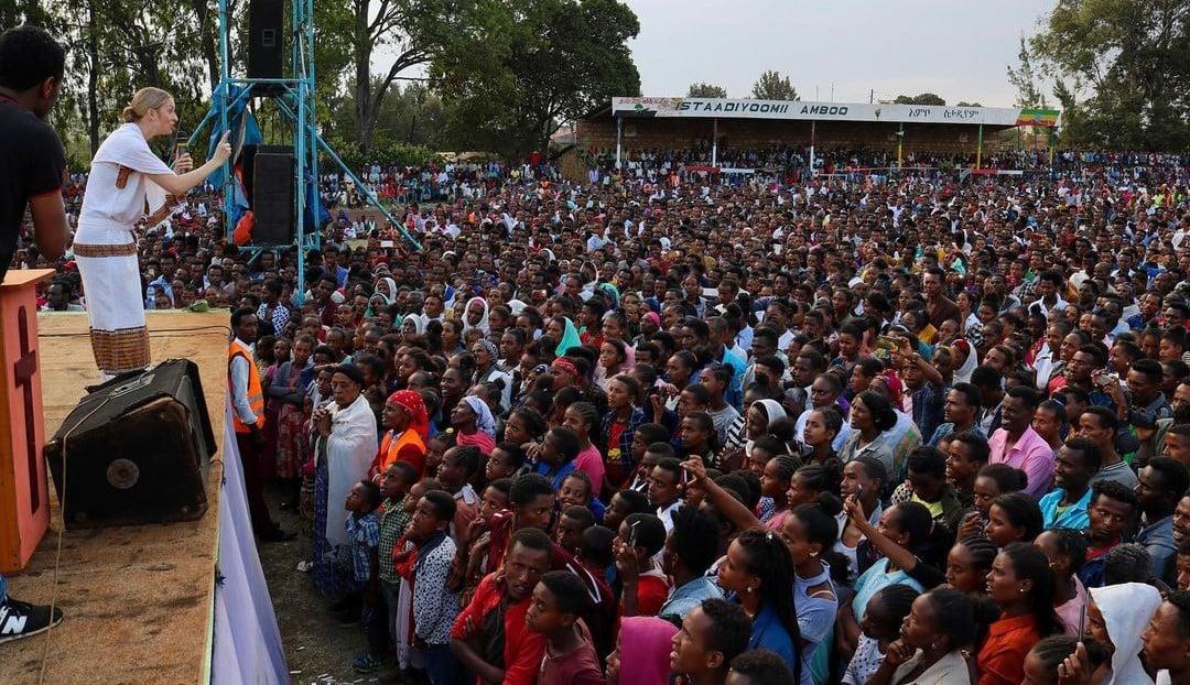 'Eu nunca havia evangelizado ninguém', conta mulher que faz grandes cruzadas na África