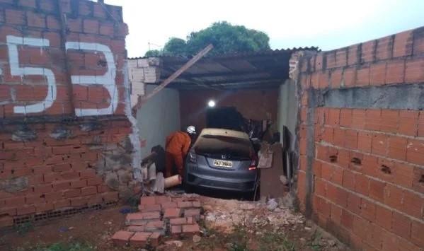 Mulher que orava em seu quarto sobrevive ao ser atingida por carro desgovernado