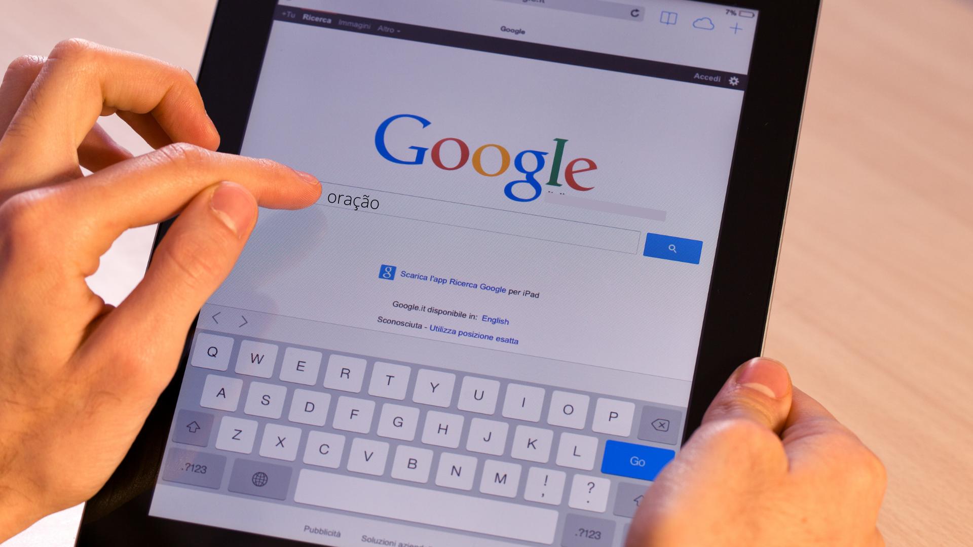 """Buscas pelo termo """"oração"""" no Google cresceram 50% em 2020, diz pesquisa"""
