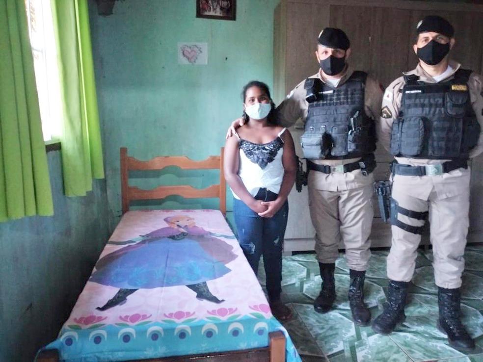 """""""Jesus não desampara"""": Menina ganha cama de policiais após pedir em oração todas as noites"""