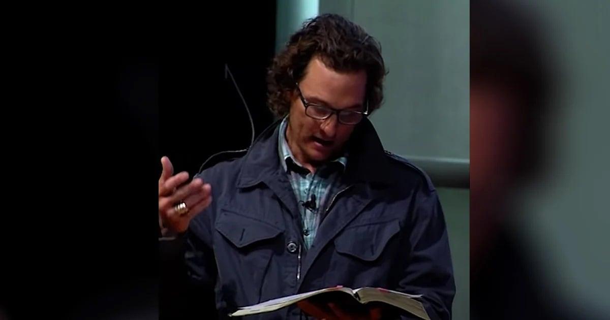 Ator Matthew McConaughey faz leitura bíblica em sua igreja: 'Somos o corpo de Cristo'