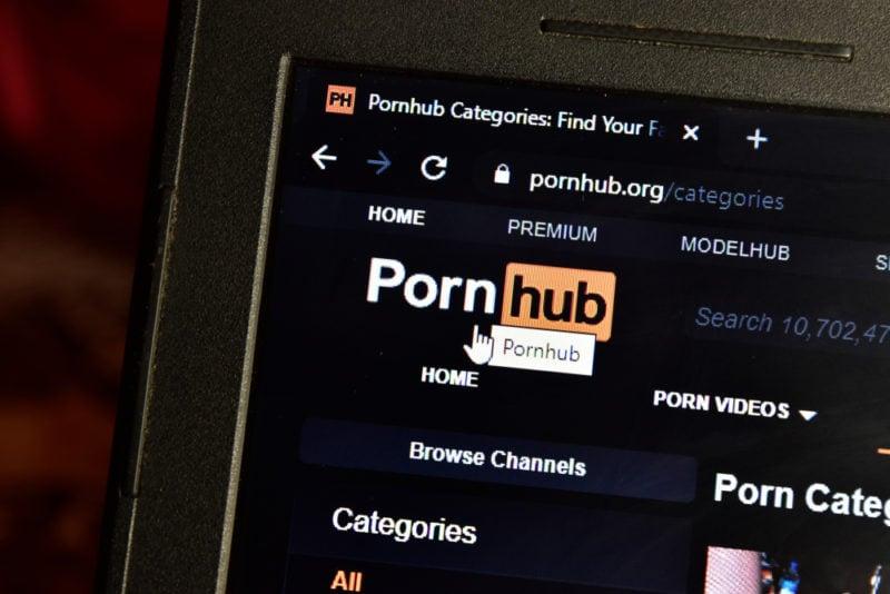 Mais de 30 mulheres processam site pornográfico por tráfico sexual e pornografia infantil