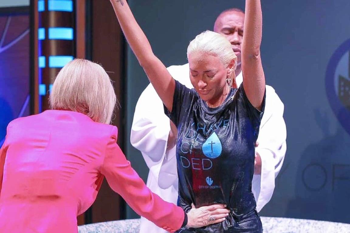 Kaya Jones, ex-Pussycat Dolls, se compromete a 'trabalhar para Deus' em tempo integral