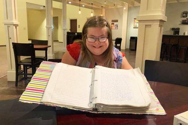 Jovem com Síndrome de Down dedica 10 anos para copiar a Bíblia inteira à mão