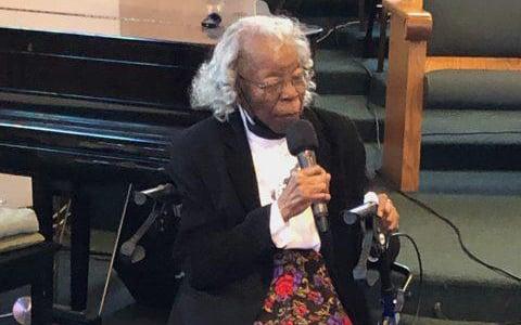 """Idosa é batizada em sua igreja aos 93 anos: """"Nunca é tarde demais"""""""