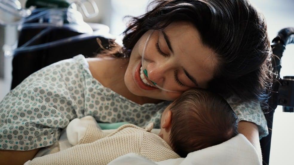 """Após intubação e ECMO, mãe abraça bebê 25 dias após parto: """"Graças a uma igreja que ora"""""""