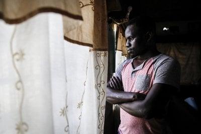Cristão em Uganda é atacado com facão pelo irmão por ouvir música gospel e aceitar Jesus