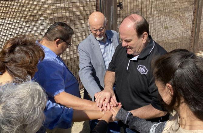 Missionário prega o Evangelho para levar 'cura' na fronteira entre México e EUA