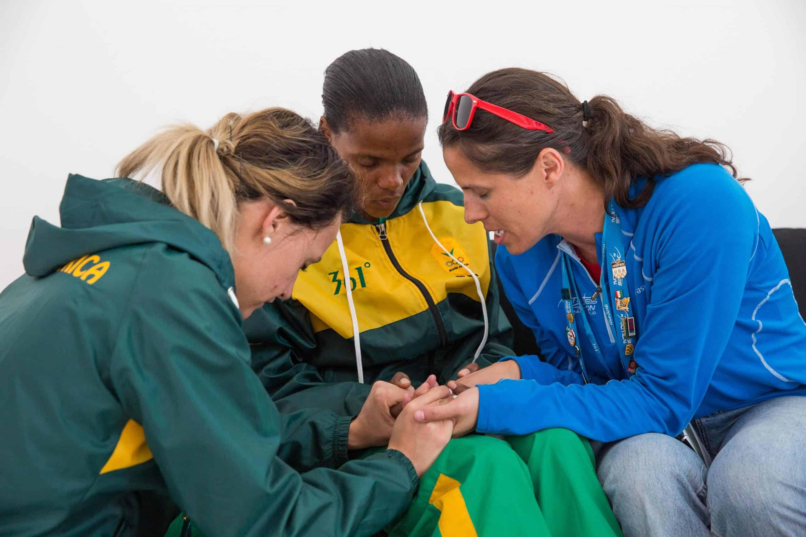 Missionários evangelizam e oram por atletas nos bastidores das Olimpíadas