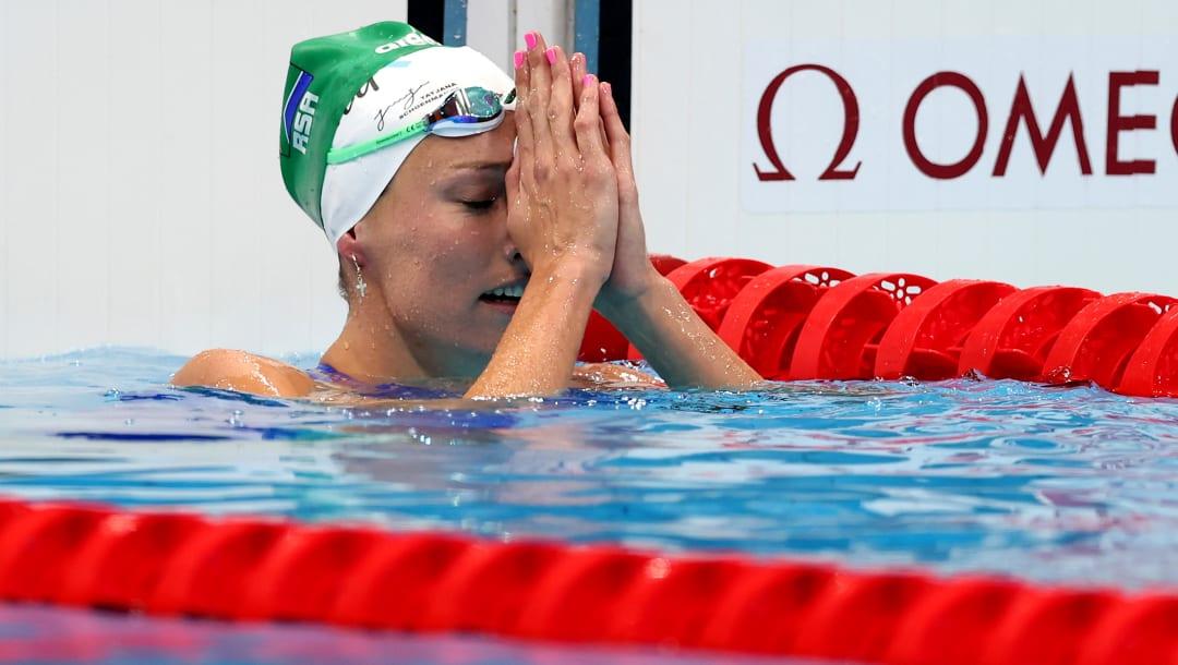 Nadadora usa touca com a frase 'Glória Somente a Deus' ao quebrar recorde olímpico