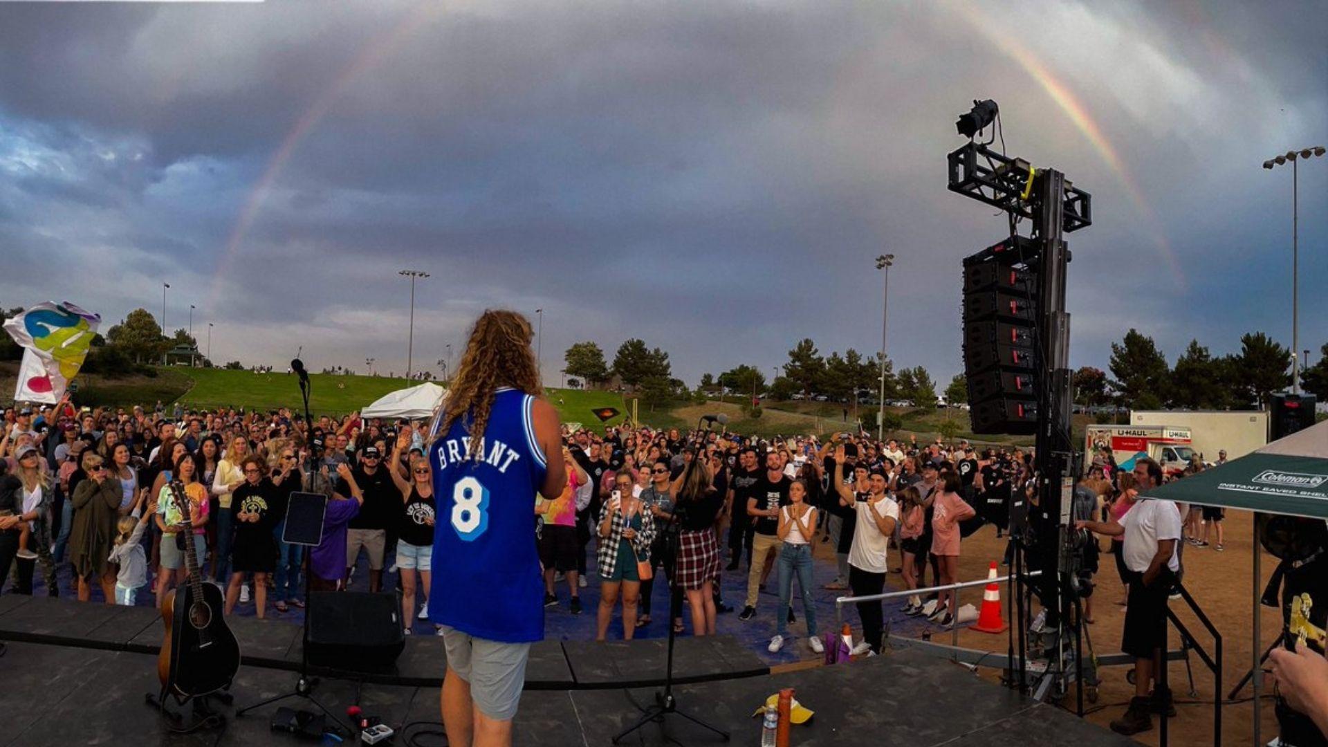 Centenas se reúnem em adoração e chuva cai sobre cidade atingida por incêndio nos EUA