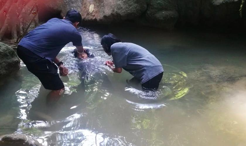 Primeiro batismo acontece em aldeia de 50 mil pessoas que nunca ouviu o Evangelho