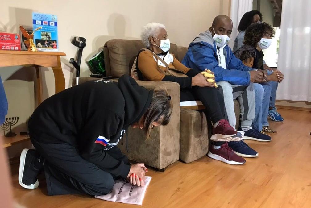 Mãe de Abner Teixeira se ajoelha em oração enquanto filho vai ao ringue nas Olimpíadas