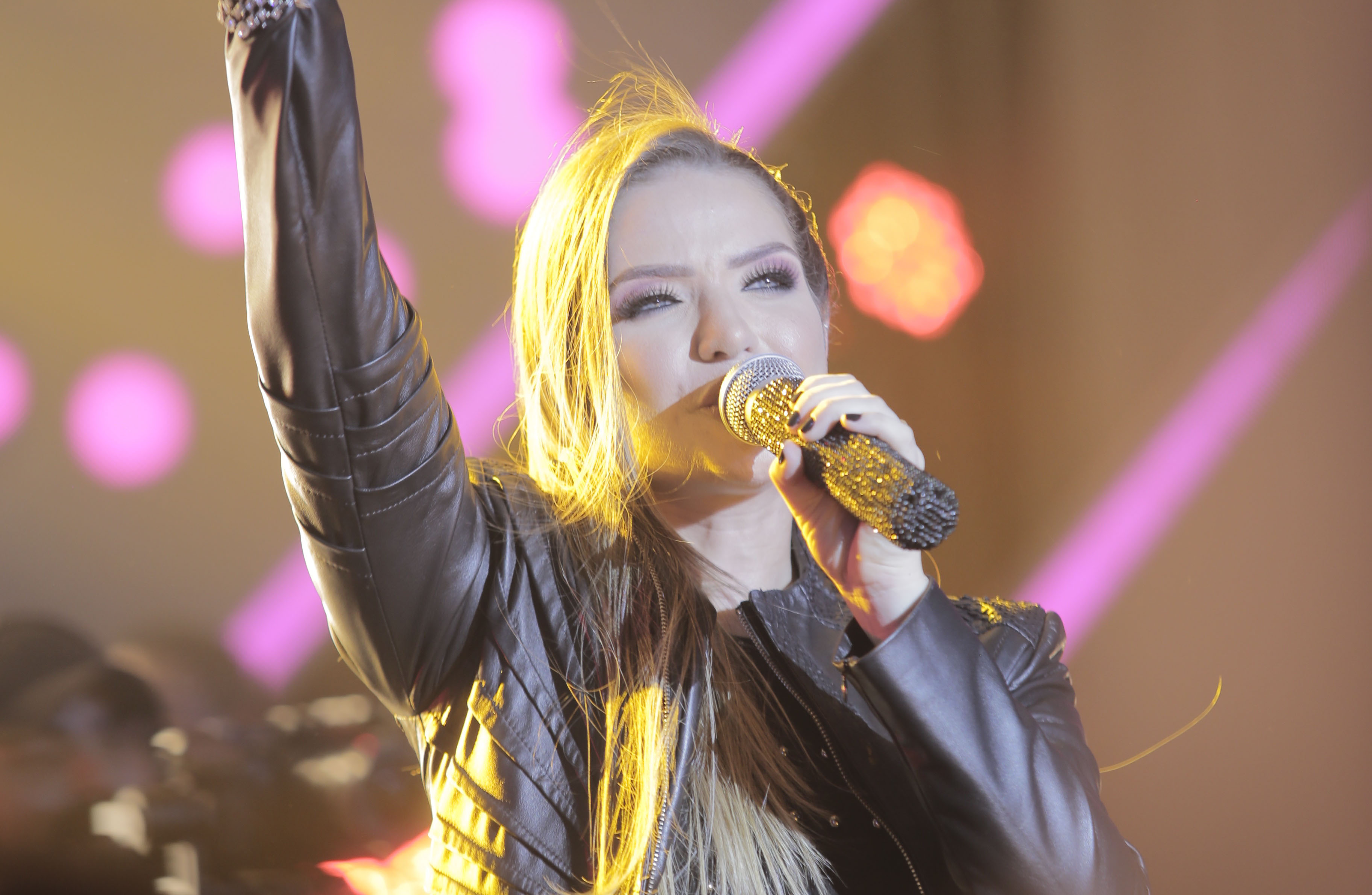 "Camila Campos regrava seu single pop rock ""Deus está vivo"""