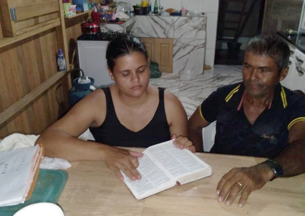 Aos 60 anos, pregador vai à escola para aprender a ler e escrever: 'Quero ler a Bíblia'