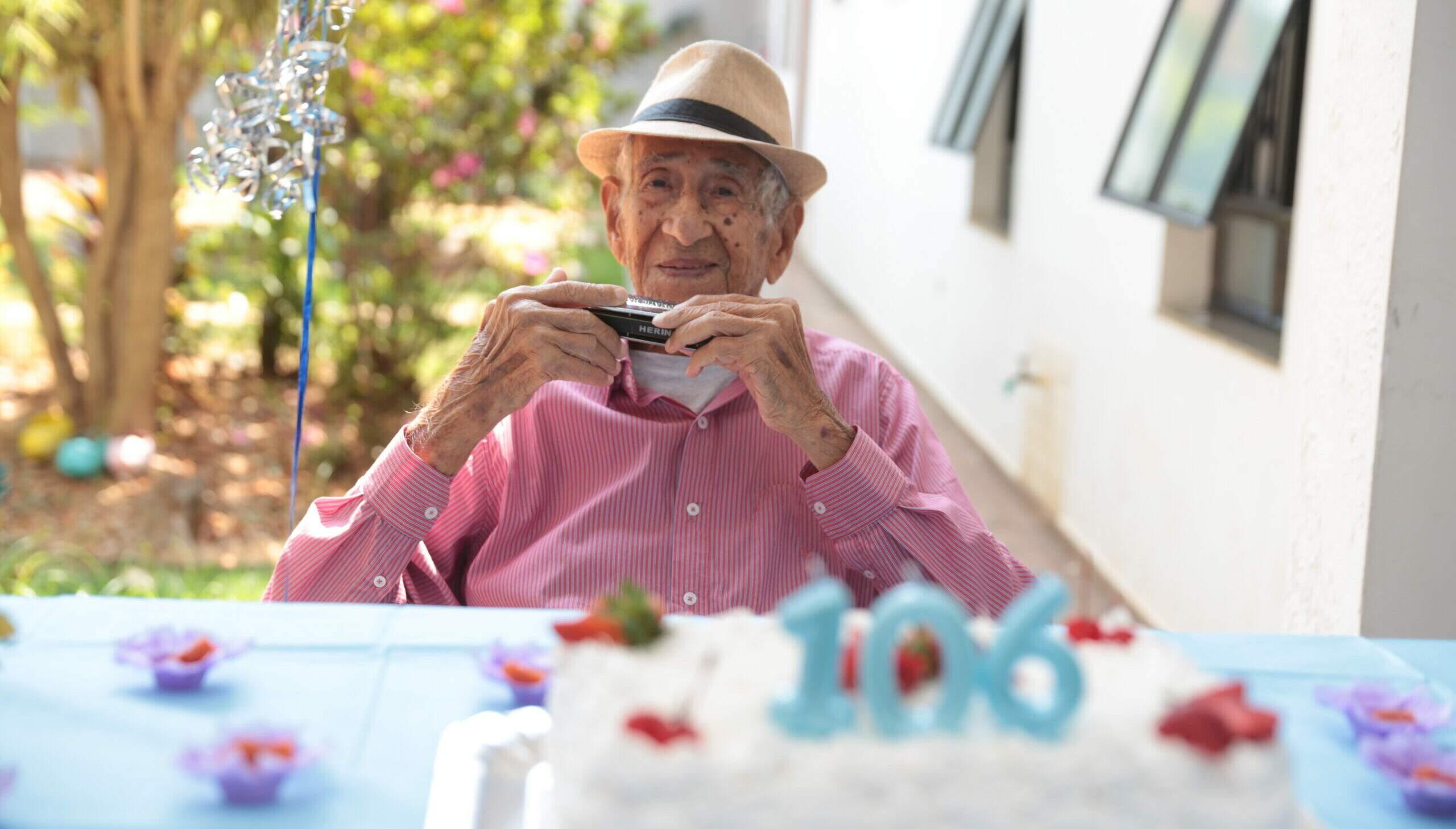 """Idoso de 106 anos continua orando e falando de Jesus: """"Já li a Bíblia 126 vezes"""""""