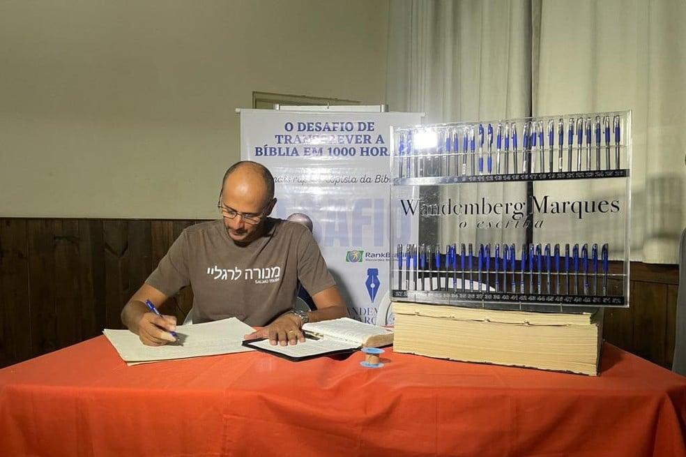 Brasileiro transcreve a Bíblia à mão em 3 meses e bate recorde no País